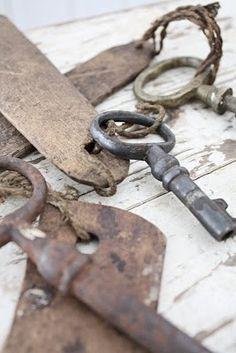 Heavenly old keys and metal cow tags . Antique Keys, Vintage Keys, Vintage Love, Under Lock And Key, Key Lock, Knobs And Knockers, Door Knobs, Cles Antiques, Old Keys