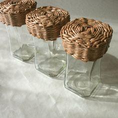 Dozy kuchyňské Dozy vyrobené jako recy výrobek spojením techniky pletení z papíru a dozy od kávy Nescafe Gold. Víko opleteno, namořeno v barvě cedr - příjemná medová barva a následně lakováno několika vrstvami laku určeného pro interier. Údržba - oltřít vlhkým hadříkem, vyluxovat. Zboží bez dekorace. Výška dozy je 19,5 cm. Velikost víčka je 11,5 x 11,5 cm. Objem ...