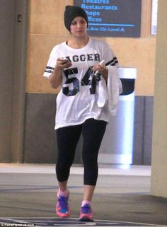 kaley-cuoco-gym-style-in-a-cropped-black-leggings-leaving-the-gym-december-2013_2.jpg (800×1091)