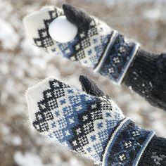 OHJE: Kirjoneulekintaat Knitted Mittens Pattern, Fair Isle Knitting Patterns, Knit Mittens, Knitted Gloves, Knitting Socks, Hand Knitting, Wrist Warmers, Hand Warmers, Fingerless Mittens