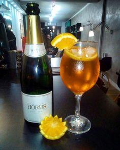 O Aperol Spritz virou moda na Europa e pelo visto aqui também! Apreciado por algumas celebridades é uma bebida com notas mais amargas combinada com laranja mas nada que faça as mulheres torcerem o nariz! A adição do espumante equilibra o sabor e faz o drink oscilar entre o crítico e o amargo! Experimenta! #spritz #aperol #espumante #orange #laranja #drink #robertdeniro #espacodellasbar #portoalegre #brasil