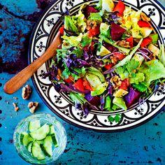 Tämä raikas salaatti sopii lisäkkeeksi melkein mille vain.