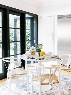 ↠ WHITE Spirit ↞ Siente la esencia etérea más Wishbone en tu #deco: blanco + madera  #decoración #interiorismo #estilonórdico