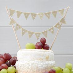 Tortendeko Just Married - Nicht nur für die Hochzeitstorte ist die Fähnchengirlande Just Married passend. Auch für das Mitternachtsbuffet und den Käse eine originelle Dekoration.