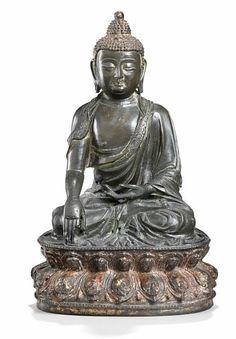 Lot : A Chinese patinated bronze figure of Buddha Shakyamuni. Ming 1368-1644. V¾gt 3078[...] | Dans la vente Art d'Orient à Bruun Rasmussen Auctioneers