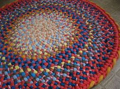 Braided rug from old T shirts Diy Blankets No Sew, Toothbrush Rug, Mandala Rug, Rag Rug Tutorial, Braided Rag Rugs, Oval Rugs, Solid Rugs, Rug Making, Floor Rugs