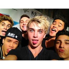 This is just about the only pic where Dalton is not on the end