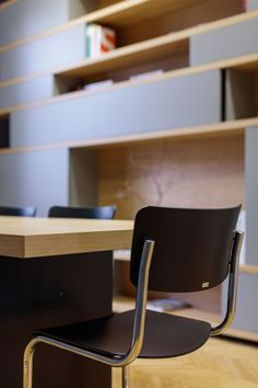 MOBILAMO Tische - als Bürotisch, Esstisch usw.. Shop Counter, Bespoke Furniture, Dinner Table, Floor Chair, Simple Designs, Showroom, Office Desk, Designer, Table Designs