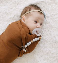 How sweet is this newborn baby girl with our Pacifier Clip and Ryan and Rose Pacifier! #thebabyniche #soother #sootherclip #colourblock #babyessential #babylife #momlife #teething #babygift #babyshowergifts #pacifier #pacifierclip #babygifts #babyproducts #babygear #babygirl #babyboy #teether #teethingbaby #motherhood #mommylife #babyaccessories #babytoys #marble #cutiepat #ryanandrose #musthave #newborn #babygirloutfits #bows Baby Shower Gifts, Baby Gifts, Handmade Baby Items, Pacifier Clips, Baby Must Haves, Teething Toys, Babies Clothes, Baby Bows, Baby Accessories