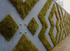 Ylätasanteen eteläpuolella sijaitsee yrttiportaikko. Portaikko on rinnemäinen alue, jonne on sijoitettu epäsäännöllisesti suuria betonikivestä tehtyjä istutusaltaita. Nuo istutusaltaat päällystetään vedestä, piimästä ja sammaleesta sekoitetulla massalla. Pikkuhiljaa sammal alkaa muodostaa kiinteää pintaa peittäen betonin. Istustualtaiden väleissä on tilaa myös auringonottamiseen ja oleskeluun.  Moss Graffiti, Living Art