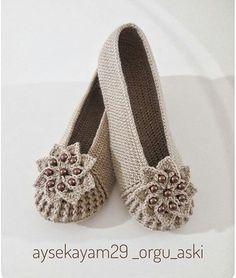 💕💕 .  photo @aysekayam29_orgu_aski👌👏 .  alıntı pinterest excerpts quotations  crochet crochetblanket crochetlovers… Crochet Boots, Crochet Mittens, Crochet Slippers, Crochet Baby, Knit Crochet, Knitting Yarn, Baby Knitting, Crochet Flip Flops, Crochet Costumes