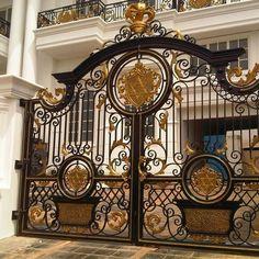 House Main Gates Design, Front Gate Design, Door Gate Design, Metal Gates, Wrought Iron Gates, Fachada Colonial, Steel Gate Design, Entrance Gates, Iron Doors
