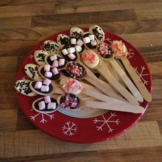 Hot chocolate spoons & stirrers - made with chocolate, candy canes, marshmallows and even more chocolate - Geschenke küche - Chocolate Hot Chocolate Party, Christmas Hot Chocolate, Hot Chocolate Recipes, Melting Chocolate, Christmas Treats, Christmas Baking, Christmas Candy Bar, Christmas Chocolates, Xmas