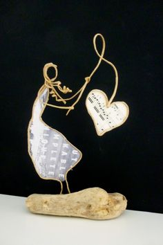 Bonne fête maman ! - Figurine en ficelle et papier Funky Jewelry, Jewelry Art, Sculptures Sur Fil, Old Book Crafts, Wire Drawing, Paper People, Scrap Metal Art, Unusual Art, Wire Crafts