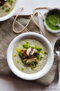 gezonde knolselderij soep met kastanjechampignons en zelfgemaakte peterselie olie | It's a Food Life