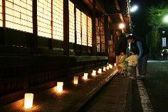 """風情あるろうそくの灯、龍神で「観燈祭」始まる。Fuzei aru rousoku no akari, Ryuujin de """"Kantousai"""" hajimaru. Cahaya lilin yang bernuansa, """"Festival Kantou"""" mulai di kuil Ryujin."""