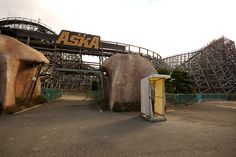 Nara Dreamland Abandoned Theme Parks, Abandoned Amusement Parks, Abandoned Places, Factories, Nara, Writing Inspiration, Decay, Cool Pictures, Ships