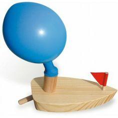 Een houten bootje & 5 ballonnen en een paar happen lucht zorgen voor uren water plezier. Ballon opblazen, bootje te water laten en je bootje vaart naar de overkant.