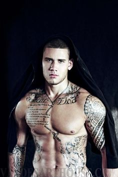 I counldnt decide to put it in Hot guys or in tattoos. But I guess Tattoos it is! Yummmy!