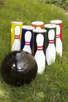 Garten Bowling aus Pringles Dosen und schwarz bemaltem Fußball