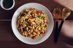 Ensalada tirabuzones con tomate, huevo, mozzarella una receta buenísima de Lucchetti. Beautiful Disaster, Fusilli, Fried Rice, Mozzarella, Fries, Ethnic Recipes, Food, Noodle Recipes, Rice