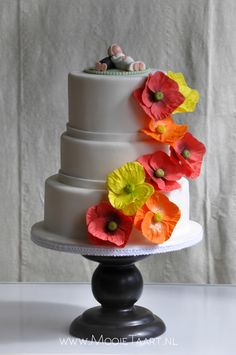 Wedding cake with poppy in three different colours, by www.mooietaart.nl