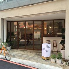 Low Budget Home Decoration Ideas Cafe Exterior, Colonial Exterior, Cottage Exterior, Exterior Design, Exterior Stairs, Cafe Shop Design, Small Cafe Design, Shop Interior Design, Retail Design