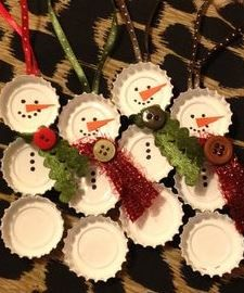 Trendy vánoční ozdoby 2015: Výrobu zvládnete sami! | vanocni-darky.cz Snowman Crafts, Snowman Ornaments, Diy Christmas Ornaments, Christmas Projects, Holiday Crafts, Christmas Holidays, Beer Cap Crafts, Bottle Cap Crafts, Bottle Caps