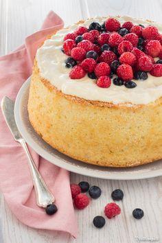 Chiffon cake con crema pasticcera al mascarpone e frutti di bosco