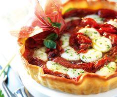 Voici une recette de tartelettes aux tomates, à la mozzarella et au basilic. C'est très facile à faire et ça se déguste en famille.