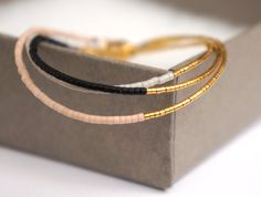 Bracelet perles fait main. Tous les bracelets sont faits de perles Miyuki. Les perles dor sont plaquées dor 24 carats. Perles Miyuki sont de haute qualité et le bracelet est fini avec un fermoir plaqué or et fait avec fil plaqué or. Cette annonce est pour 1 bracelet. Vous pouvez choisir entre différentes couleurs. Vous souhaitez voir plus de photos dune certaine couleur ? Contactez-moi et je vous aiderai comme ! Longueur : Vous pouvez prendre un bracelet bien raccord et ces mesure pour dé...