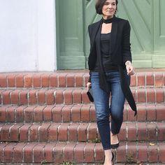 . Seit ich meine Haare abschneiden lassen habe, bin ich auch neuen Trends und Stilrichtungen gegenüber offener geworden. Meinen Partylook in Jeans und Blazer gibt es jetzt auf meinem Blog. . Since I had my hair cut short, I am also more open towards new trends and styles. My partylook in jeans and blazer is on my blog now. . Blog www.ladyofstyle.com Photo @jasminalinahuber . #jeansdressedup #partylook #50plusblogger #ageamazing50plus #jeansandblazer #50plus #over50 #ü50 #germanblogger…