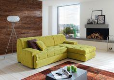 Diese Wohnlandschaft von CARRYHOME bringt neuen Schwung in Ihr Wohnzimmer! Das Sofa ist mit einem Bezug aus gewebten Spezialfasern versehen und verfügt über einen echt bezogenen Rücken. Die hellgrüne Farbgebung macht die Couch zum ultimativen Blickfang. Dezent hingegen sind die eckigen Kunststofffüße in Schwarz. Diese hellgrüne Couch macht einfach gute Laune!