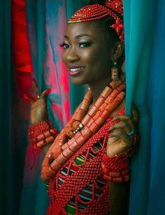 (via African Fashion)  Creo que de los corchos de vino , se puede hacer algo parecido..Así que lo he cogido de idea :-)