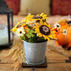Sunflower Wedding Centerpieces, Sunflower Floral Arrangements, Diy Centerpieces, Country Table Centerpieces, Sunflower Wedding Flowers, Yellow Flower Centerpieces, Country Flower Arrangements, Sunflower Party, Sunflower Garden