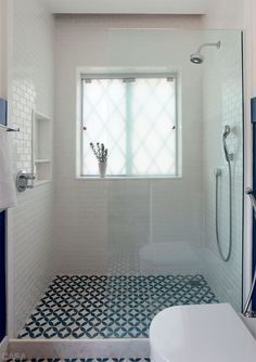 salle-de-bain-carrelage-motif-vinatge-bleu-et-blanc. Bathroom Renos, Laundry In Bathroom, Bathroom Interior, Master Bathroom, Shower Bathroom, Funky Bathroom, Shower Tiles, Bad Inspiration, Bathroom Inspiration