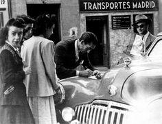Manolete junto a Camará firmando autógrafos en su famoso Buick de color azul. Este coche le llevó a todas las ferias españolas. Su último viaje tuvo parada en Linares el 28 de agosto de 1947.