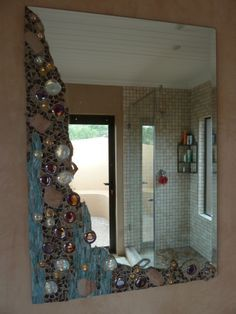 Mosaic wall, Wall mirrors and Mirror mosaic on Pinterest Mosaic Diy, Mosaic Crafts, Mosaic Projects, Mosaic Tiles, Mosaic Wall, Mosaics, Mosaic Mirrors, Mosaic Glass, Stained Glass