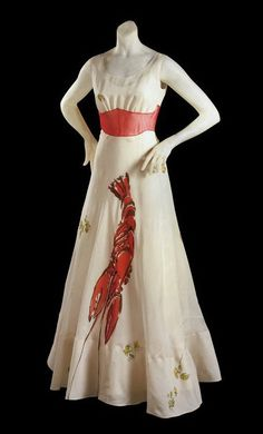 Ontwerper: Elsa Schiaparelli Gemaakt in: Jaren 20-30 Materiaal: Stof, kreeft van een andere stof, naaigaren Bijzonder: Er staat een grote kreeft op, wat in de tijd van korsetten heel anders was dan gebruikelijk.