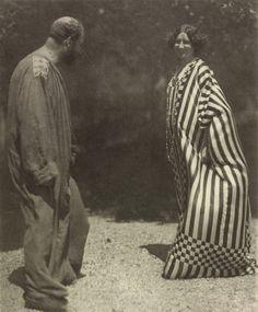 Emilie Flogé comenzó de costurera en Viena a principios del s. XX;su talento fue haciéndola famosa en los círculos de la alta costura,por lo que abrió una tienda e incursionó en el diseño experimental.Por relaciones comunes,Emilie y Gustav tuvieron una relación amorosa y de mutua colaboración.Ella figura como modelo en muchos de los cuadros más famosos de Klimt