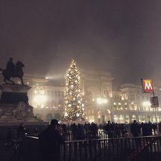 Piazza Duomo avvolta dalla nebbia #piazzaduomo #milano #milanocity #milanobynight #fog #milanocityofficial #whywelovemilano #ig_milano #igersmilano #ig_italia #igersitalia #visitmilano #christmastime #christmastree #foggy #lights #christmas2015 #christmas #vivomilano #milanodavedere #nightlife #night #instamilano #instanight by barbara_vellucci