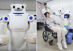 """A velhice traz algumas limitações e a necessidade de cuidados especiais, principalmente para idosos que têm problemas de saúde.Para facilitar a vida dessas pessoas -que, muitas vezes, enfrentam dificuldades em encontrar cuidadores -,cientistas da empresa japonesaRikee daSumitomo Riko Company Limiteddesenvolveram umrobô chamado Robear (mistura entre Robot e Bear, """"Robô"""" e """"Urso"""" em português), que é capaz de realizar tarefas como levantar um paciente de uma cama ou de uma cadeira de…"""