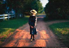 La obra narra la vida de Anne Shirley, una niña huérfana que, gracias a su carácter imaginativo y despierto, logra encandilar a todos los habitantes de Avonlea, el pequeño pueblo pesquero ficticio en la isla de príncipe Eduardo donde se desarrolla la historia a principios del siglo XX.