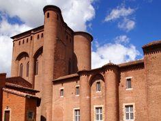 Le Palais de la Berbie Cette ancienne forteresse abrite désormais le musée Toulouse-Lautrec. Édifice en briques prévus pour protéger les évêques d'Albi de l'hostilité des Cathares et des bourgeois de la ville, il est équipé d'un donjon, de quatre tours et de remparts. Les fortifications seront par la suite détruites car rendues obsolètes.