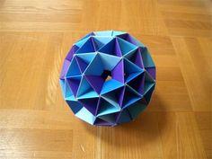 """布施知子さんの本「折ってなるほど! ゆかいな多面体」のP68で紹介されている""""両面かめのこ凹型""""のユニットを使用して、""""変形12面体""""を作成しました。..."""