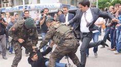 Dieses Foto schockt die Türkei - Tritt Erdogans Berater hier den Angehörigen eines Minenopfers?