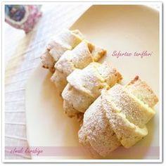 ELMALI GEVREK KURABIYE TARIFI 1/2 paket oda sıcaklığında tereyağı veya margarin 1 çay bardağı sıvıyağ 1 yemek kaşığı yoğurt 2 yemek kaşığı pudra şekeri 1 çimdik tuz 1 paket kabartma tozu 1 paket vanilya Aldığı kadar un Elmalı harcı: 4 adet elma 4-5 kaşık şeker 1 çay kaşığı tarçın 1 çay bardağı ceviz kırığı ELMALI GEVREK KURABİYE nasıl yapılır? İç harcını önceden hazırlayıp soğutmamız gerekiyor bunun için öncelikle elmaların kabuklarını soyalım ve rendeleyelim Üzerine toz şekeri koyup ocakta… Tea Time Snacks, Köstliche Desserts, Delicious Desserts, Yummy Food, Chocolate Pastry, Chocolate Desserts, Cookie Recipes, Snack Recipes, Sweet Cookies
