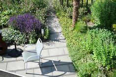 Goedkope bestrating: standaard betontegels 40x60 cm met stroken klinkers. Ontwerp en foto: Vicas Tuinontwerpen www.vicas.nl