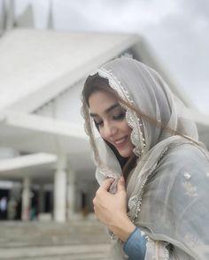 Cute Girl Poses, Cute Girl Photo, Girl Photo Poses, Arab Girls Hijab, Muslim Girls, Stylish Girls Photos, Stylish Girl Pic, Hijabi Girl, Girl Hijab