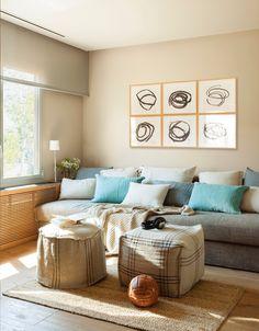 Una zona de estar versátil. Es también la habitación de invitados. Sofá a medida, cojines de Filocolore y manta de Cado.